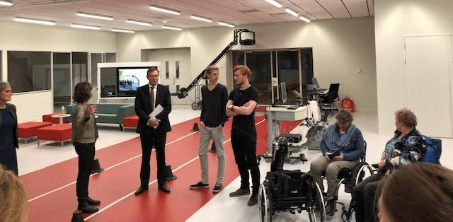 In een trainingszaal van de sportcampus praat minister Bruin met gehandicapte sporters en professionals van Special Heroes, Esther Vergeer Foundation, VGN en Kenniscentrum Sport