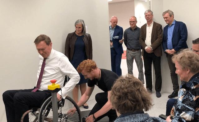 Minister Bruno Bruins test een rolstoelergometer tijdens zijn werkbezoek aan de Sportcampus