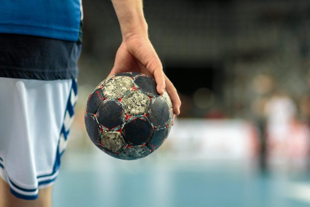 jongere met oude bal in hand