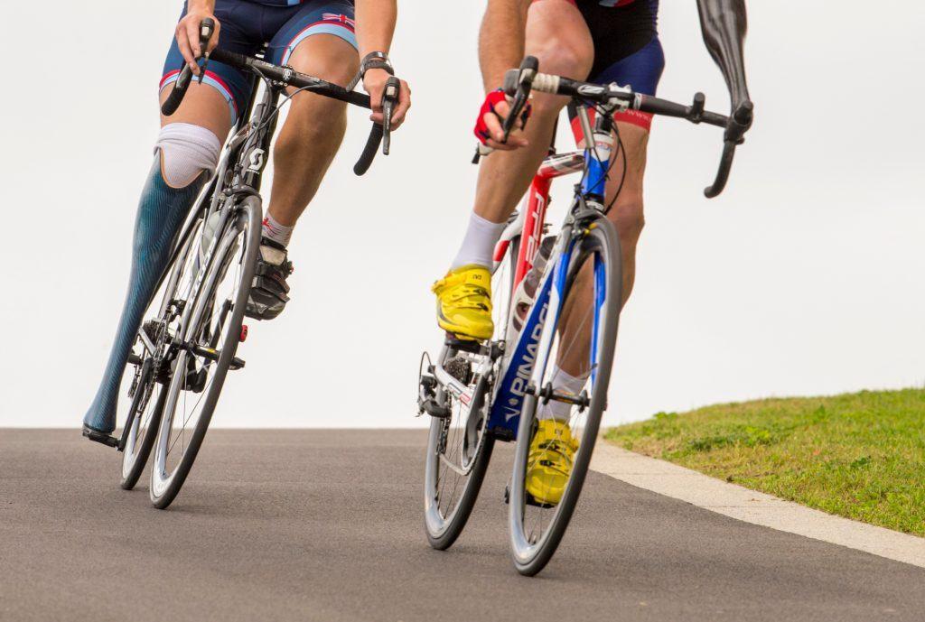 twee wielrenners met protheses