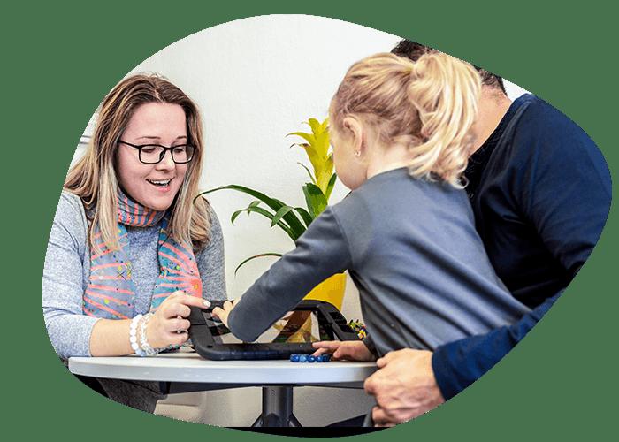 professional in gesprek met ouder